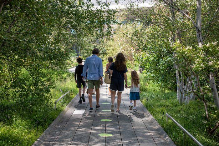 family-walking-on-high-line